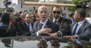 الرئيس التونسي -المنتصف