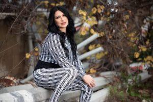 الفنانة الفلسطينية روحانا -المنتصف